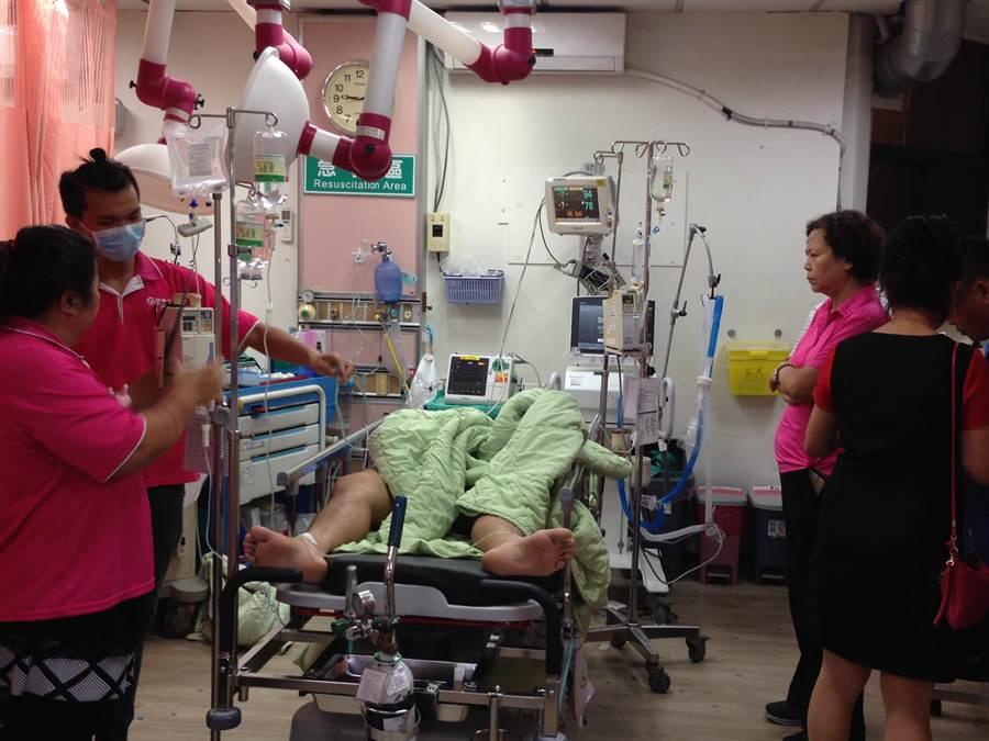 南投市發生聯結車追撞車禍,南投市長宋懷琳(右)至南投醫院急診室關心重傷病患。(廖肇祥攝)