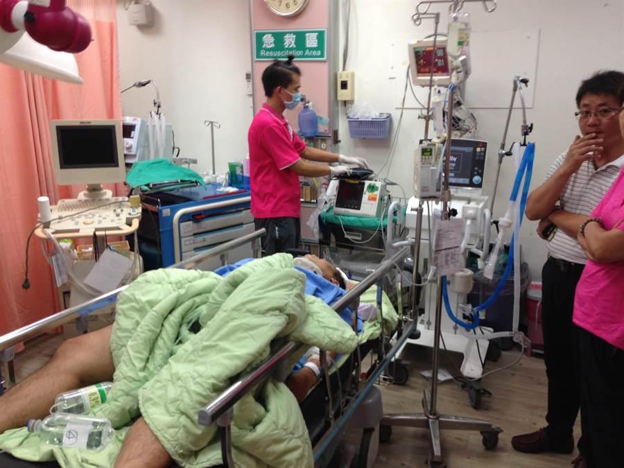 南投市發生聯結車追撞車禍,其中一名重傷傷患送至南投醫院急救。(廖肇祥攝)