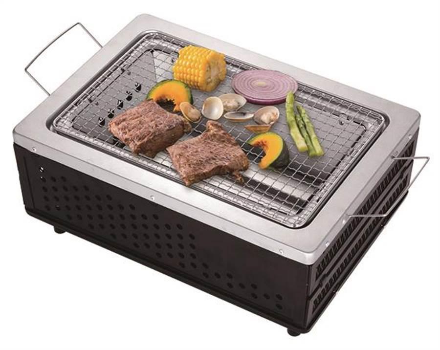 愛買妙管家低炭收納式烤肉爐,25日前原價1699元、特價1399元。(愛買提供)