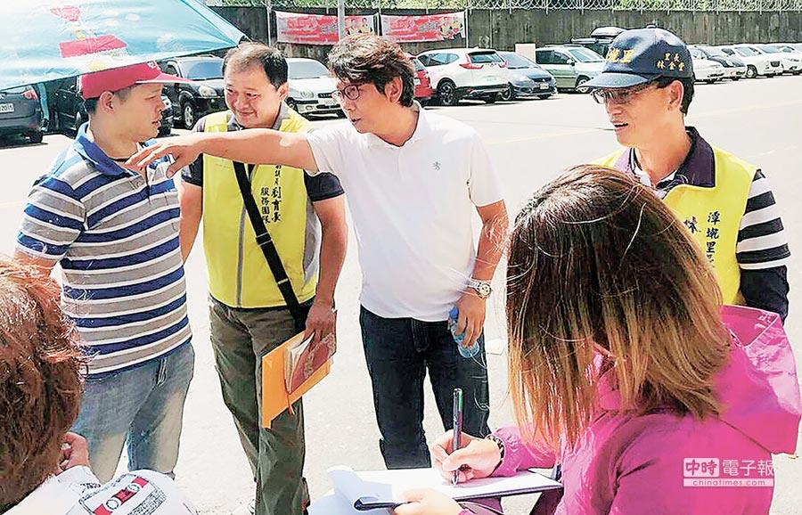屏東縣議員劉育豪(右)積極爭取地方建設。(林和生攝)