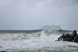 山竹變中颱恆春偶露太陽 船帆石成陸客觀浪據點