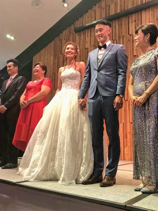 余純安與新娘吳雅晴都擁有球員背景。(黃及人攝)
