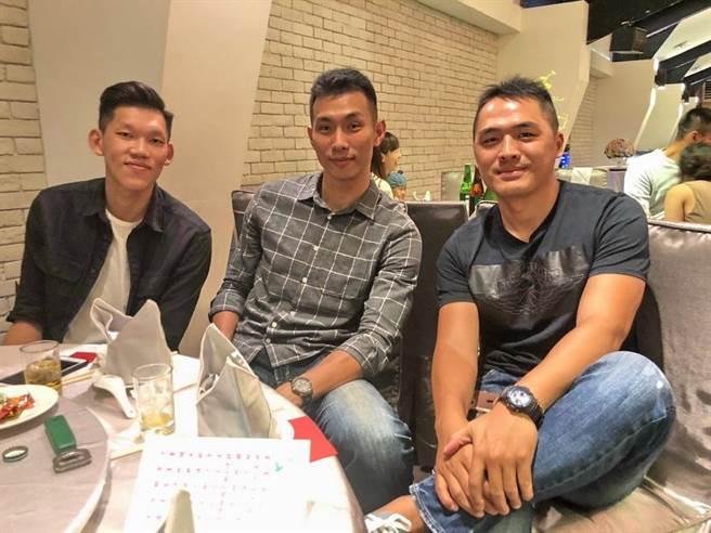 李家瑞(左)、李俊緯與吳敏賢合照。(黃及人攝)