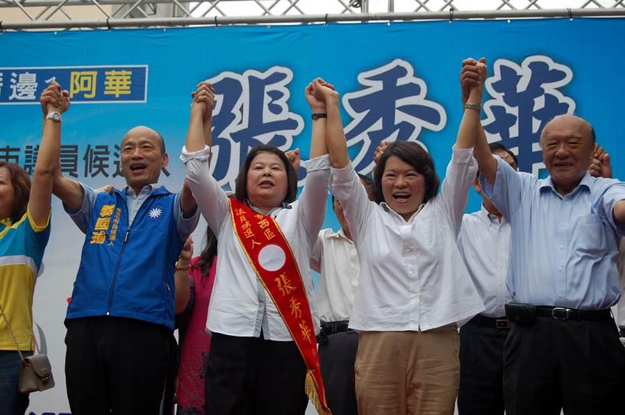 張秀華爭取連任嘉義市議員,韓國瑜(左)、市長參選人黃敏惠(右二)站台相挺。(廖素慧攝)