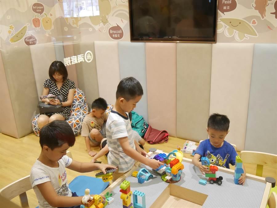 桃園首間「海底撈」在8樓展店,貼心提供幼兒遊戲區。(蔡依珍攝)