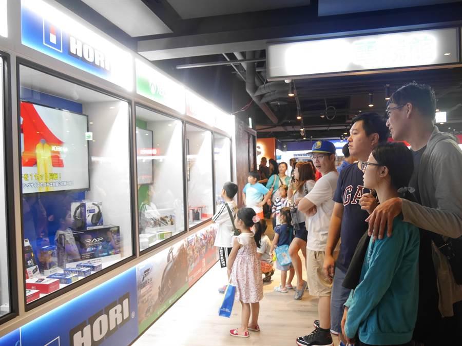 統領廣場電競館以透明櫥窗展示動態產品,成功吸引民眾目光。(蔡依珍攝)