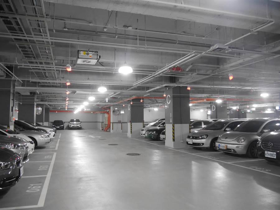停車採智慧燈顯示空位。(蔡依珍攝)