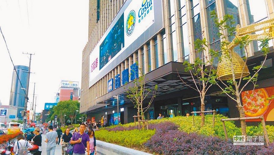 因應電商的衝擊,藍天旗下的資訊賣場百腦匯也展開轉型,上海徐匯店身為第一家升級為「百腦匯4.0」的示範店。(本報系資料照片)