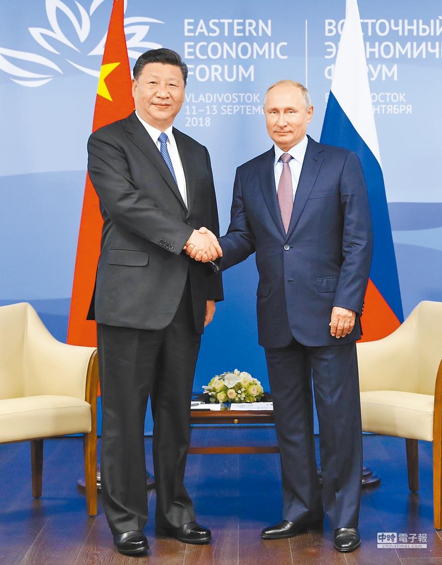 9月11日,大陸國家主席習近平(左)在俄羅斯海參崴與俄羅斯總統普丁會談。(新華社)