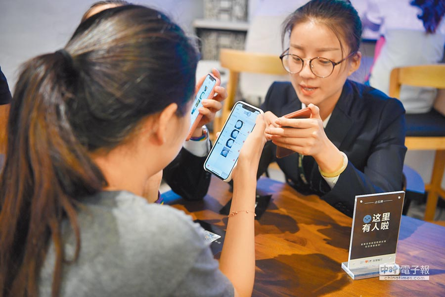 9月5日,民眾使用手機點餐。(中新社)