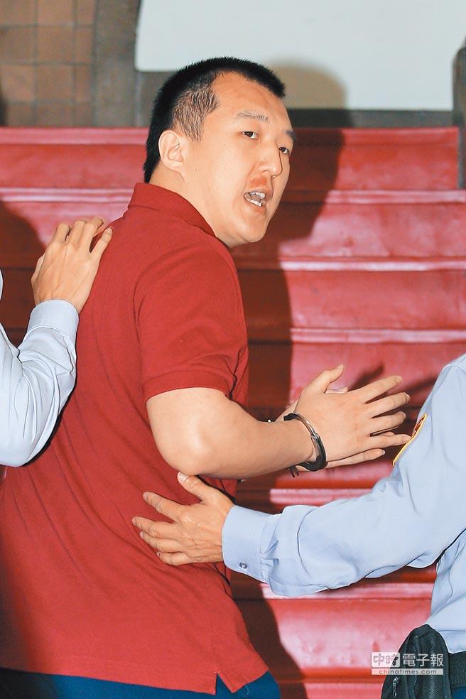 3月26日,在押的周泓旭出庭前不斷喊冤,稱這是(台灣檢調)自編自導自演的一場鬧劇。(本報系資料照片)