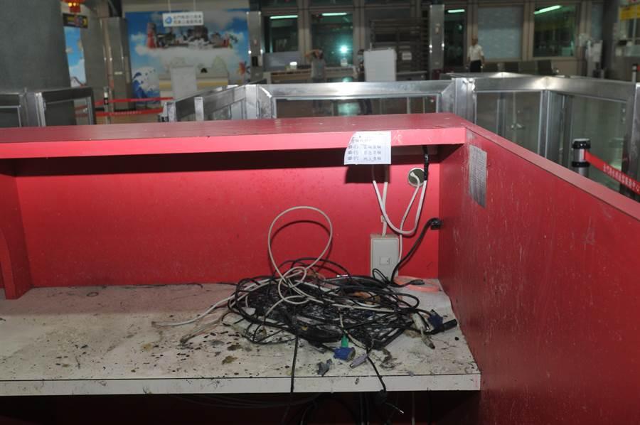 疑似短路起火的電線散落在查驗台上。(李金生攝)