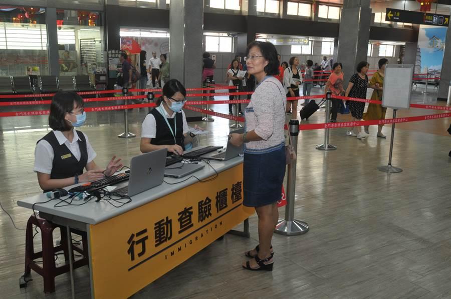 移民署緊急設置「行動查驗櫃檯」因應,對入境查驗能量未造成影響。(李金生攝)