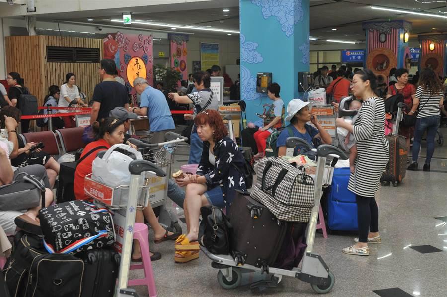 金門「小三通」近午時恢復正常往來,通關中心湧進大量旅客。(李金生攝)