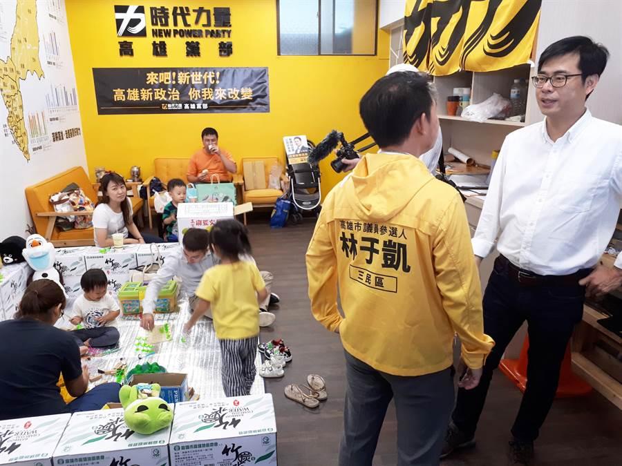 民進黨高雄市長參選人陳其邁(右)為林于凱站台。(林于凱競選團隊提供)