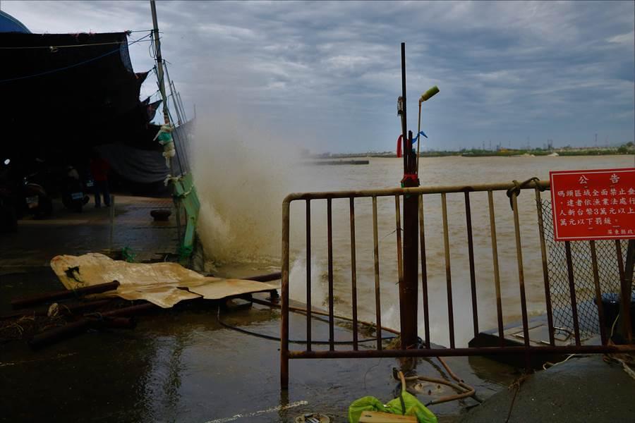 小琉球16日觀測到5.5米的長浪,東港碼頭也出現1樓高的浪花。(謝佳潾攝)