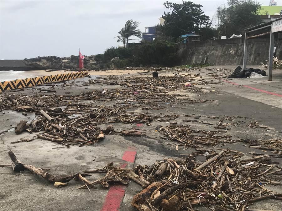 離島小琉球的漁福漁港漂流木堆積嚴重。(謝佳潾翻攝)