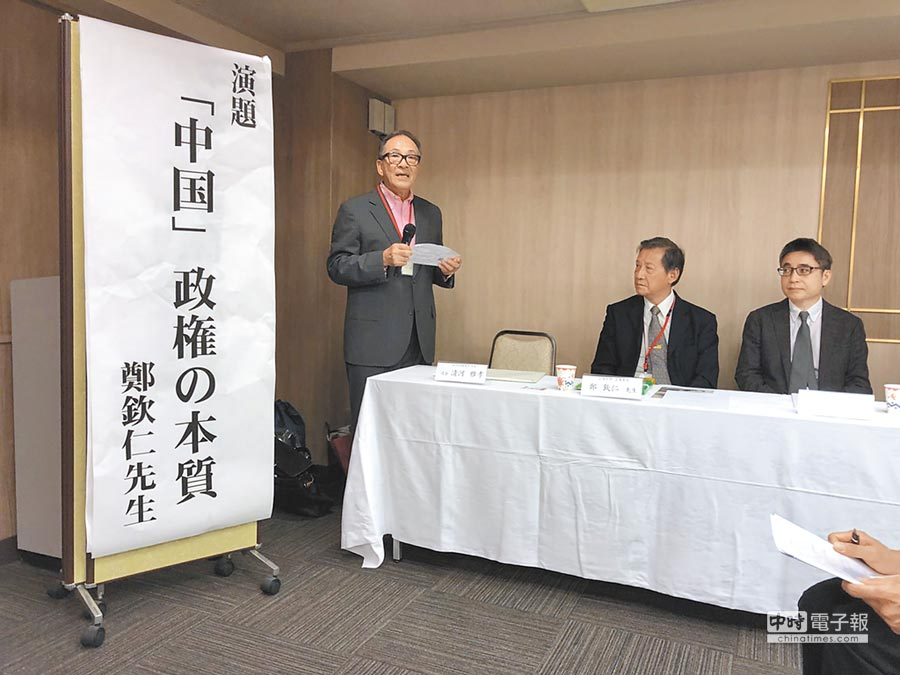 京都的僑務委員、律師張雅孝(左)15日在大阪主持「台日時局論壇」。(黃菁菁攝)
