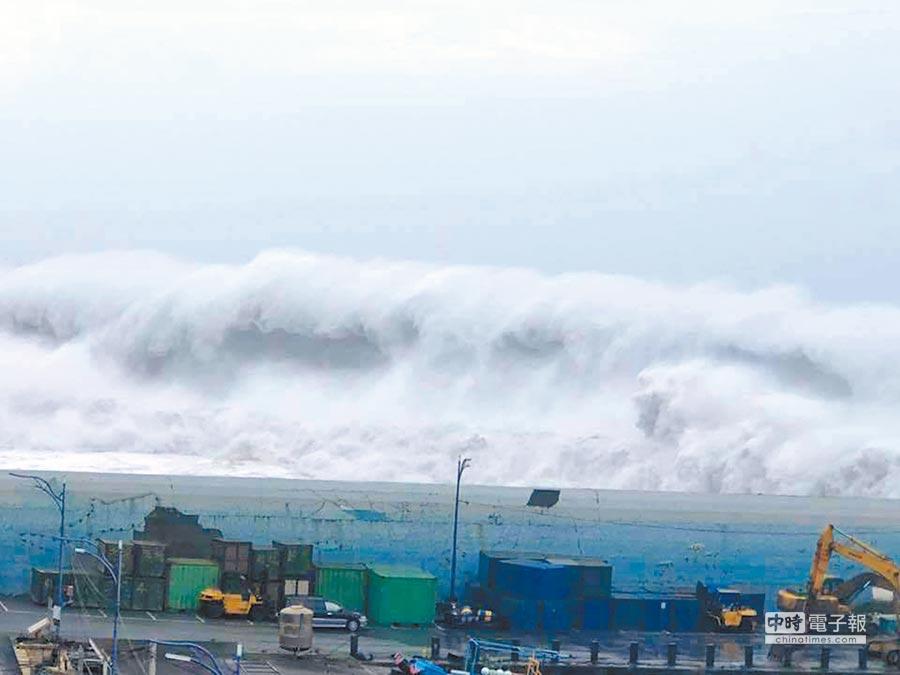 颱風利奇馬來襲,連江縣北竿板里海灘等地今(9日)上午出現長浪。(非事發地示意圖/中時資料照)