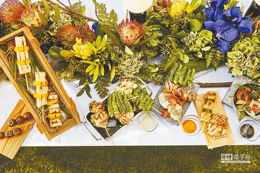 賓客可在20樓高的INGE'S Bar & Grill戶外人工草皮上,愜意品嘗各式串燒美味。(台北萬豪酒店提供)