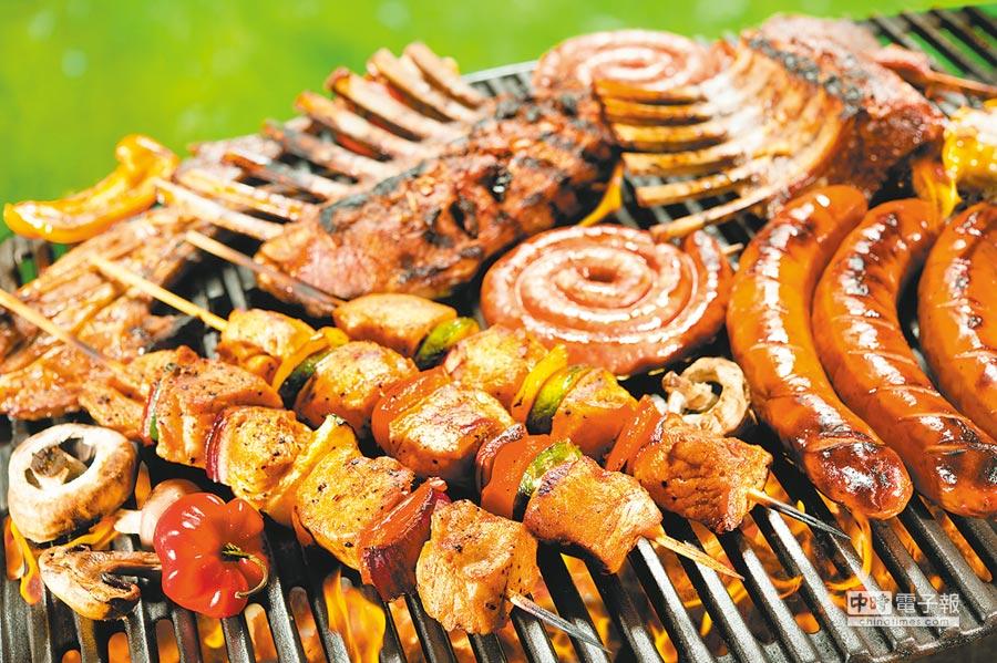 台北國賓大飯店每年中秋都在飯店4樓的露天泳池畔,舉辦以蒙古烤肉為主的「月光派對」烤肉趴,年年座無虛席。(國賓大飯店提供)