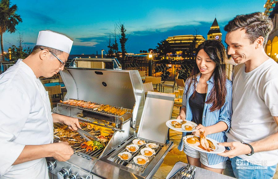 福容大飯店漁人碼頭店今年中秋也看好烤肉趴魅力,首度於23、24日推出中秋BBQ自助餐。(福容大飯店提供)