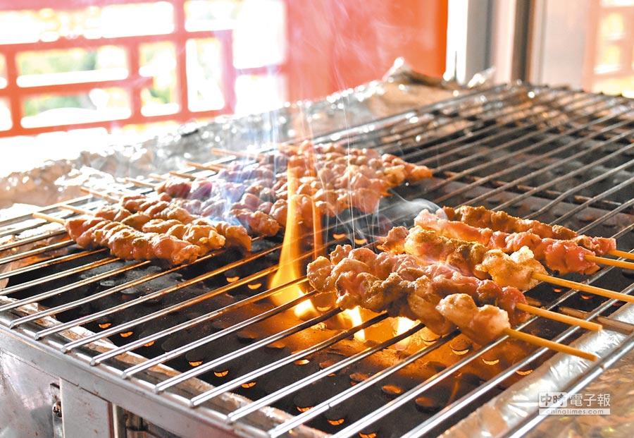 民眾可在台北圓山大飯店的中秋烤肉趴,品嘗辛香夠味的燒烤新疆羊肉串。(圓山大飯店提供)