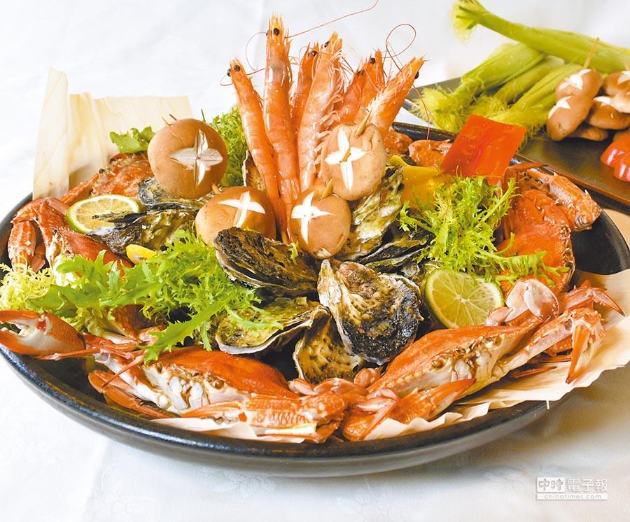 台北圓山大飯店的烤肉趴將有新鮮現烤澎湖活生蠔、鹽烤大白蝦等豐盛海鮮佳餚。(圓山大飯店提供)