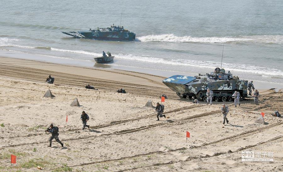 解放軍海軍陸戰隊某旅在粵西某海域進行搶灘登陸訓練。(中新社資料照片)