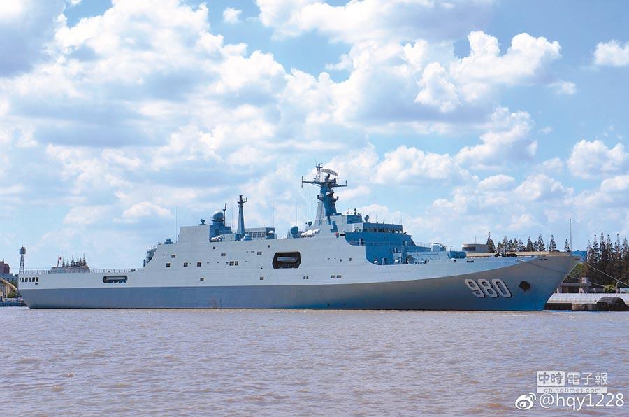 陸第5艘萬噸071型兩棲登陸艦亮相,其舷號為980號。(取自鳳凰網)