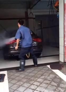 高手在民間!他「一字馬」洗車 網驚:想起舞棍阿伯了!