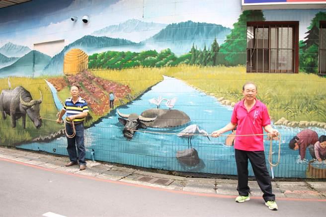新北市永和區民富里長李宗賢藉由互動彩繪牆面重現當地50年代的農村生活。(葉書宏翻攝)