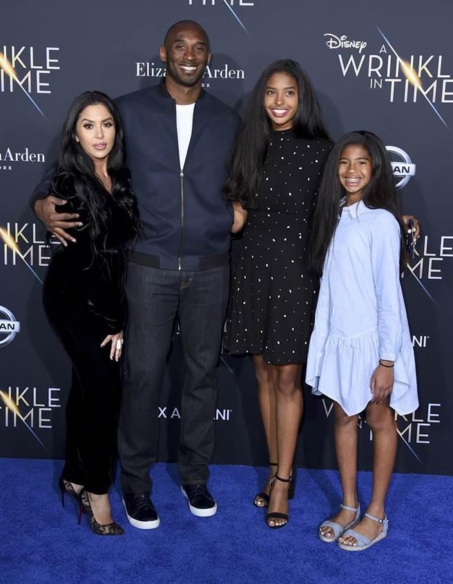 小飛俠布萊恩與家人,其中大女兒納塔莉亞(右二)也加入晨間運動行列。(美聯社)