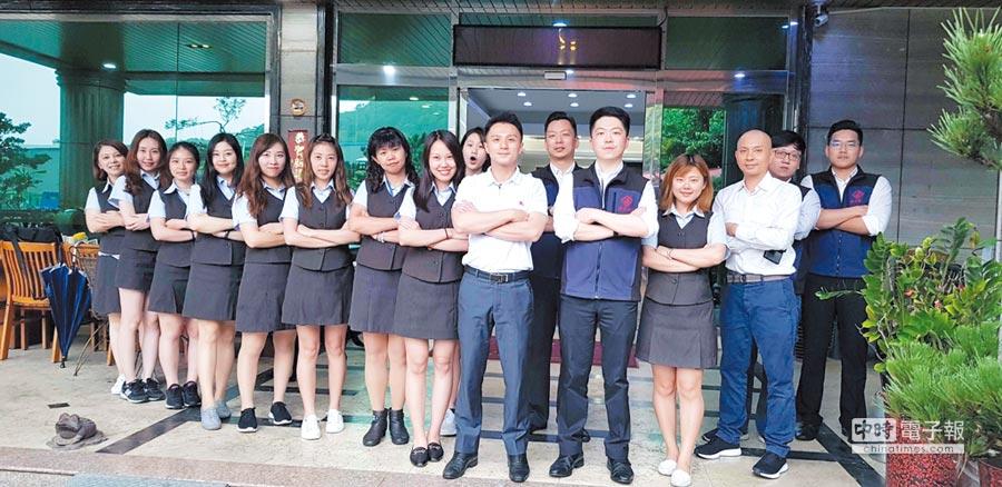 廉喬金屬副總經理陳明杰(右七)回來接班6年,帶領團隊經營翻轉向上,在全球半導體面板、PCB電路板產業具備舉足輕重的地位。圖/王妙琴