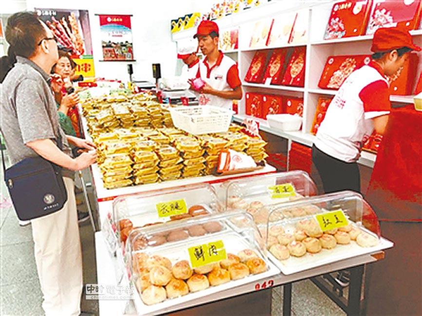 北京稻香村麵點師現場烘烤月餅受到歡迎。(汪震龍攝)