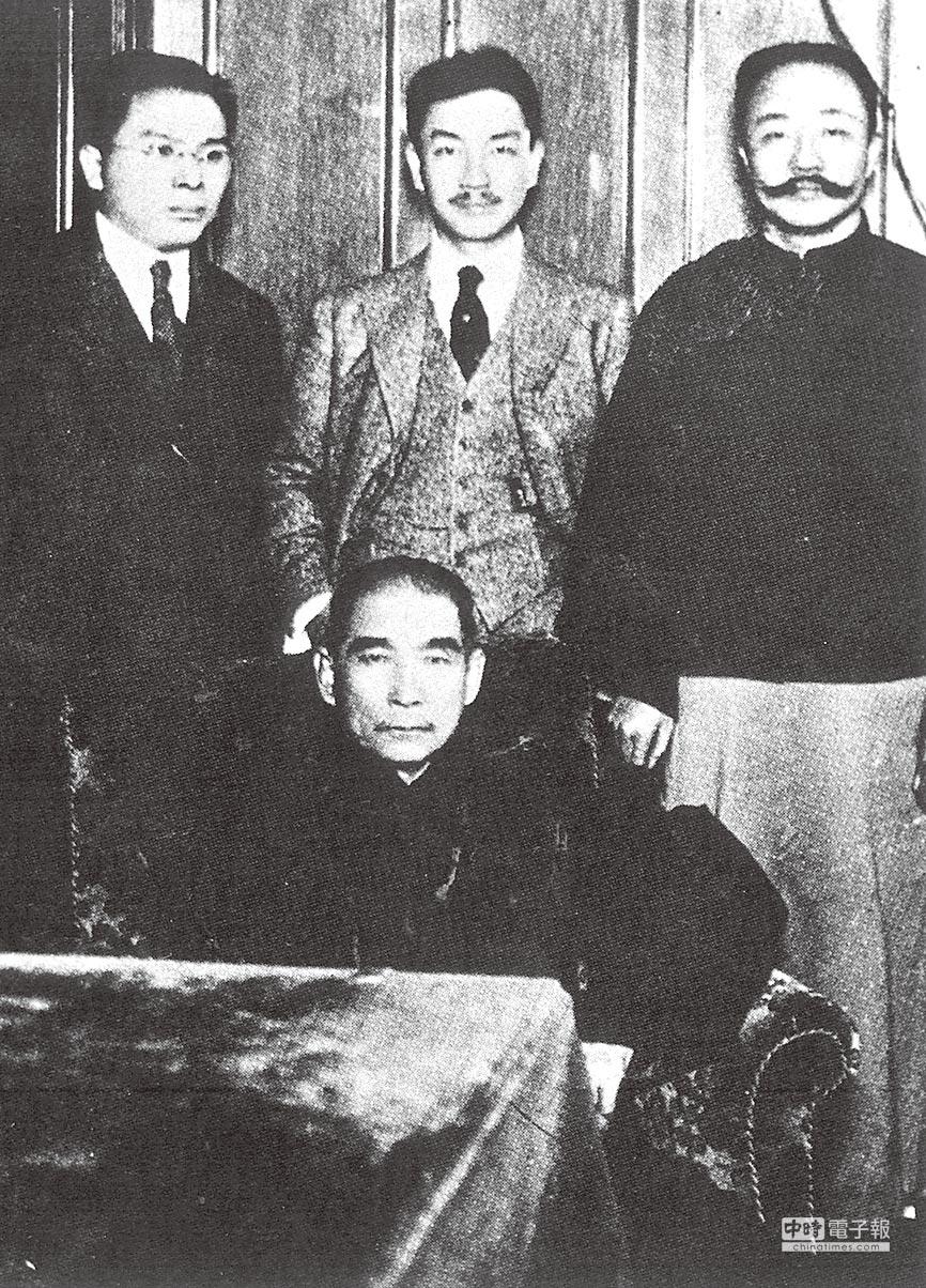 孫中山先生(前)、後排中立者為戴季陶。(本報系資料照片)