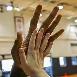 NBA》比比看!里歐納德的手掌竟有這麼大