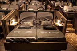 全球唯二躺著看的電動床影廳-台中「秀泰丹普廳」搶攻年輕族群