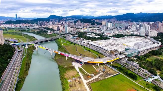 環狀線第一階段將在年底完工,很快就可以通車。圖為新店溪跨河段。(本報系資料照片)