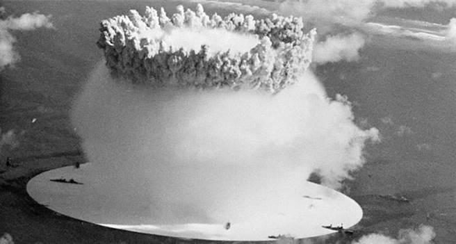 著名的水下核試十字路口行動,也稱比基尼原爆。在蘑菇雲附近的都是各型軍艦,歐根親王號也是其中一艘。(圖/網路)