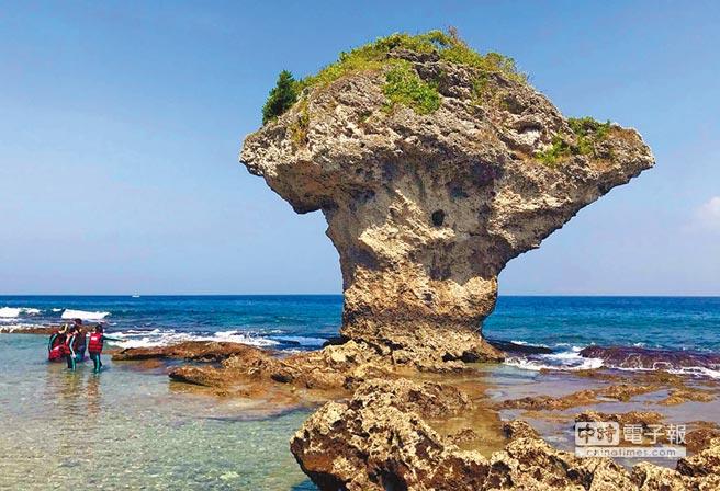 小琉球8月受到西南氣流及農曆7月影響,遊客數比去年同期減少22%,但人數仍為歷年來8月次高。圖為小琉球花瓶岩。(潘建志攝)