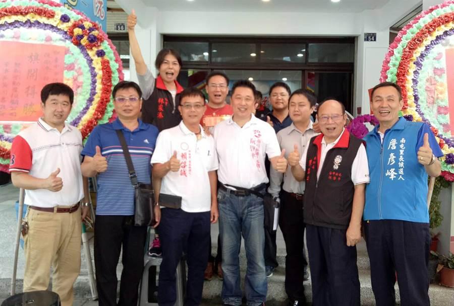 阮啓平參選服務處18日啟用,支持民眾等到場祝賀,大喊旗開得勝。(黃國峰翻攝)