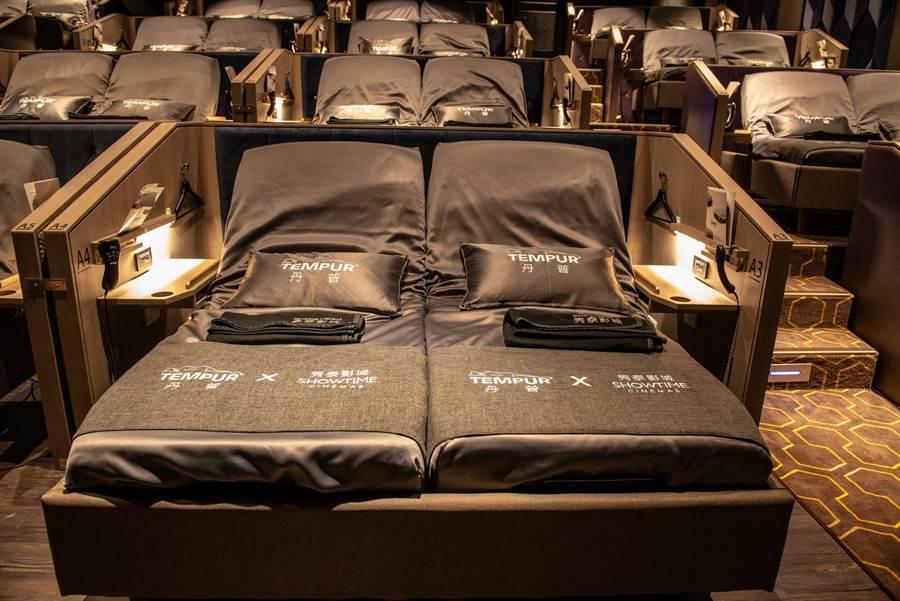 台灣第一、全球唯二的電動床影廳「TEMPUR CINEMA秀泰丹普廳」,正式插旗台中文心秀泰影城。(圖/曾麗芳)
