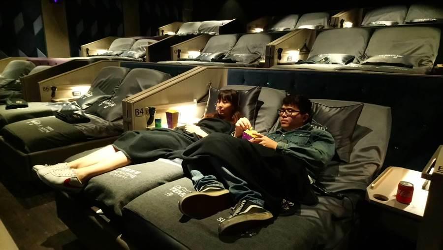台灣唯一的電動床影廳「TEMPUR CINEMA文心秀泰丹普廳」,鎖定捨得花錢的年輕情侶。(圖/曾麗芳)