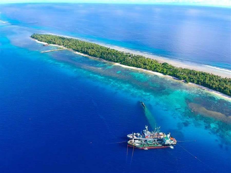 美軍賽爾佛號與漢堡號也泊在歐根親王號的上方,從圖片可見到水下的在歐根親王號。(圖/美國海軍)
