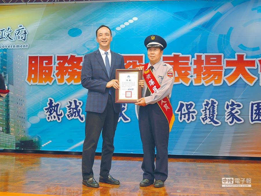 新北市警局17日舉辦107年度資深民防人員表揚大會,由市長朱立倫親自頒獎給132位服務滿20年以上的資深協勤人員。(王揚傑攝)