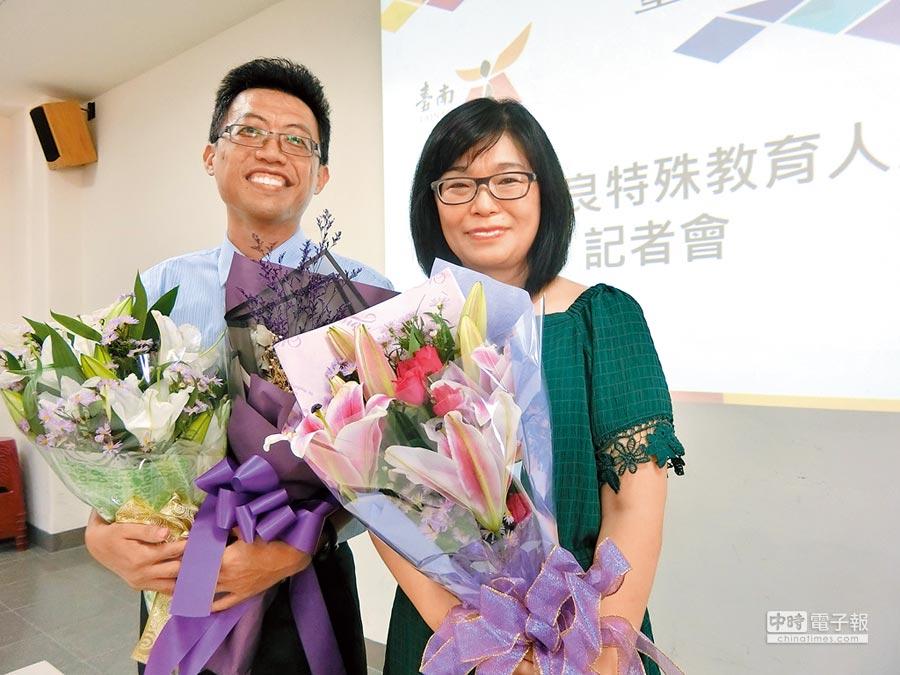 裕文國小王峯文(左)今年榮獲教育部全國優良特殊教育人員殊榮;崇明國小許聖佩(右)堅信每個孩子都是獨一無二存在,是全國唯一教育行政類組得獎人。(曹婷婷攝)