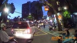 好大的官威!警騎車違規被按喇叭 嗆:小違規也要講?