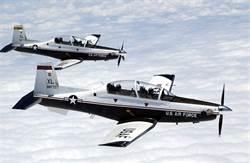 美軍T-6教練機墜毀 飛行員彈射成功受輕傷