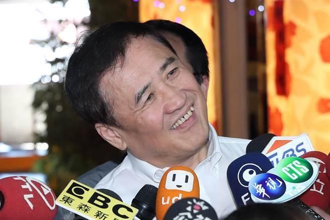 台北農產公司19日召開董事會,兼任北農董事長的台北市副市長陳景峻出席會議前表示,自從發表辭意後心情變得特別輕鬆。(圖/鄭任南攝)